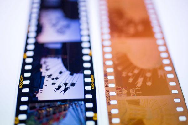 film-may-anh-am-ban-va-duong-ban